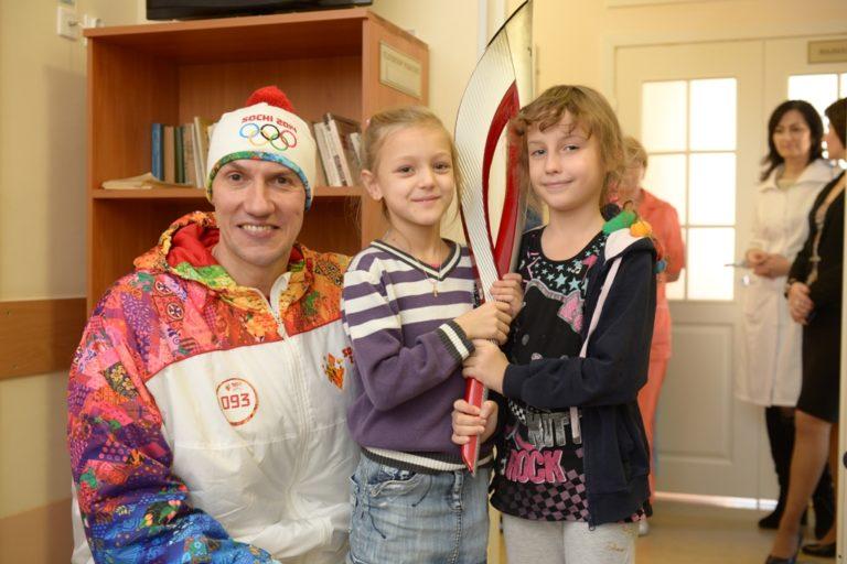 Юрий Нестеров передал частичку олимпийского огня детям