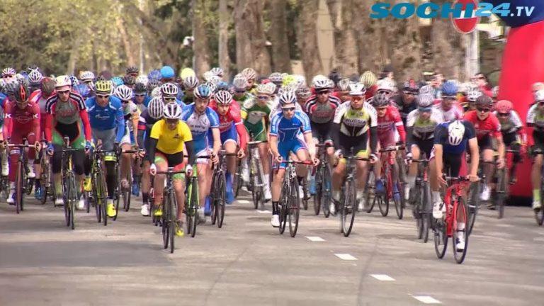 3-кратный Олимпийский чемпион Вячеслав Екимов наградил молодых велосипедистов.