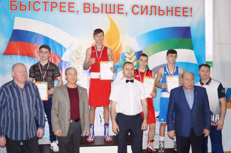 ВИДЕО Студент КФиСЭТ СПбГУ Павел Горбач занимается боксом с детства.